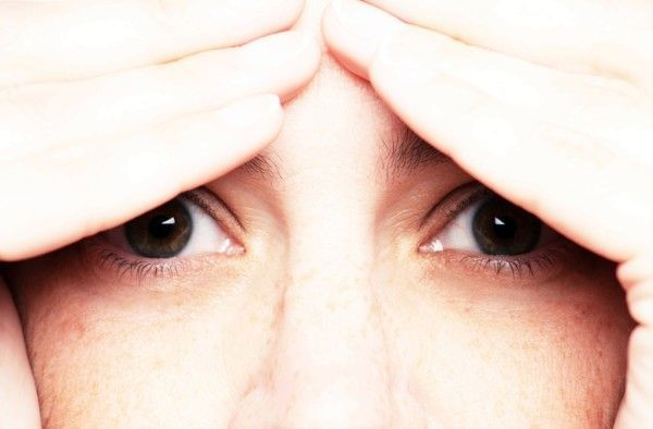 Прыщи и шишки в области бровей – причины, фото, лечение