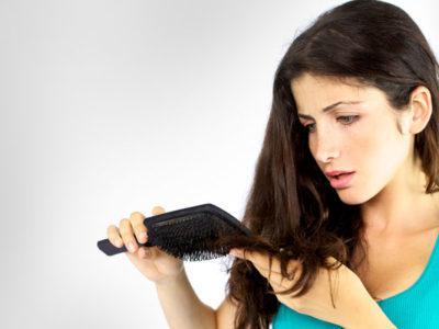 11 возможных причин выпадения волос у женщин и их лечение