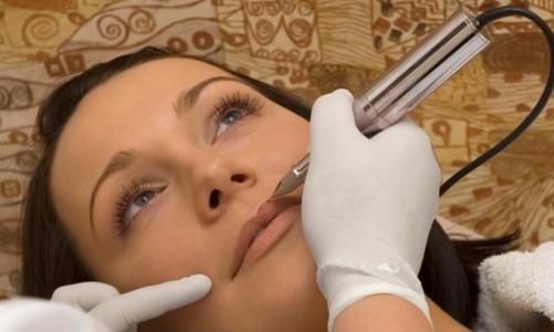 Чёрные и тёмные пятна на губах – фото, причины и как избавиться