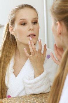 Угри на губах — причины, лечение в домашних условиях