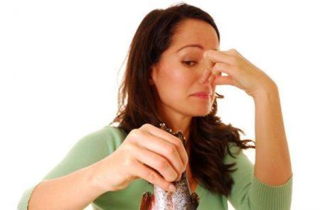 Потеют и неприятно пахнут подмышки – причины и что делать?