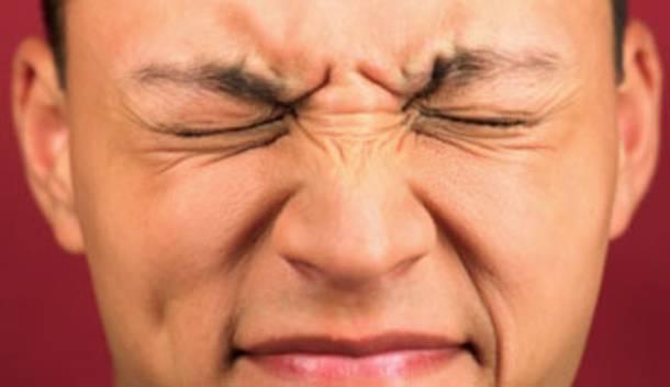 Дергается веко левого глаза – что означает, причины и лечение
