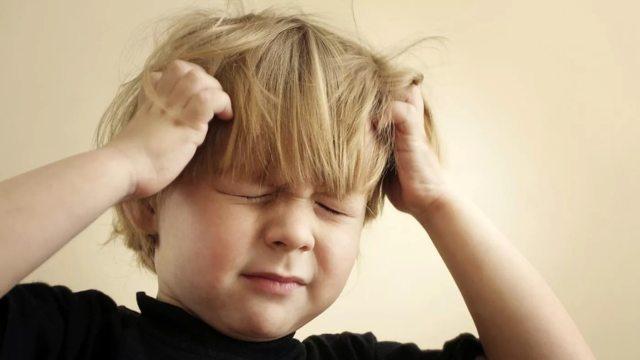 Ребенок чешет голову – причины и что делать